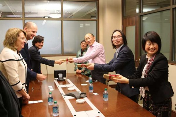 FSU administrators exchange gifts with ECUST delegation.