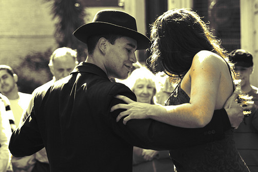 Tango dancers in Buenos Aires, Argentina. Photo by: Gustavo Brazzalle / Wikimedia Commons
